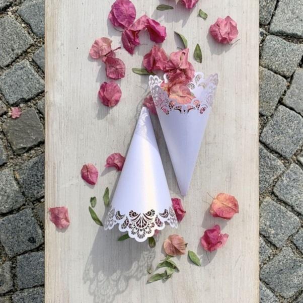 KORNÚT svadobný na okvetné lístky čipkovaný perleťovo biely 8ks 18cm